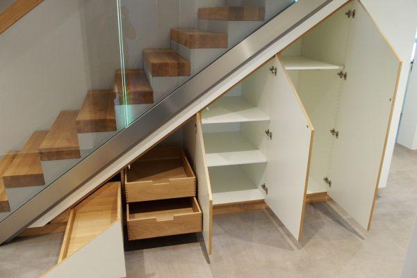 Treppenschrank für maximalen Stauraum